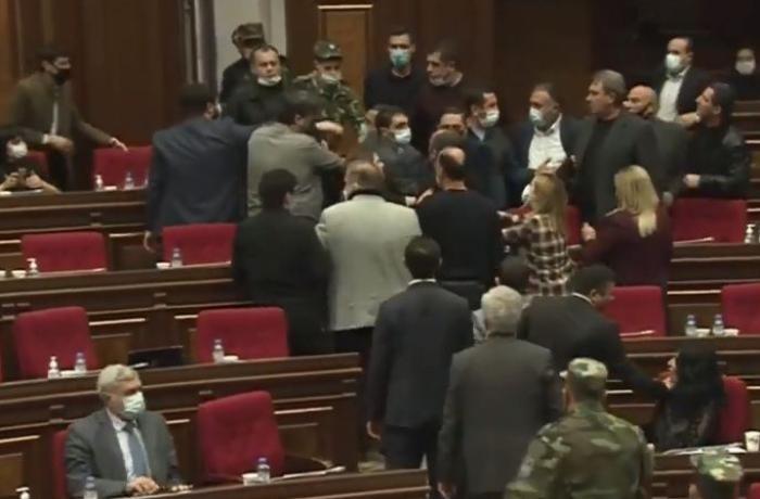 Ermənistan parlamentində dava — VİDEO