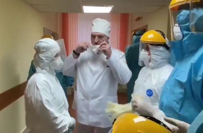 Lukaşenko pandemiyadan bəri ilk dəfə maska taxdı — VİDEO