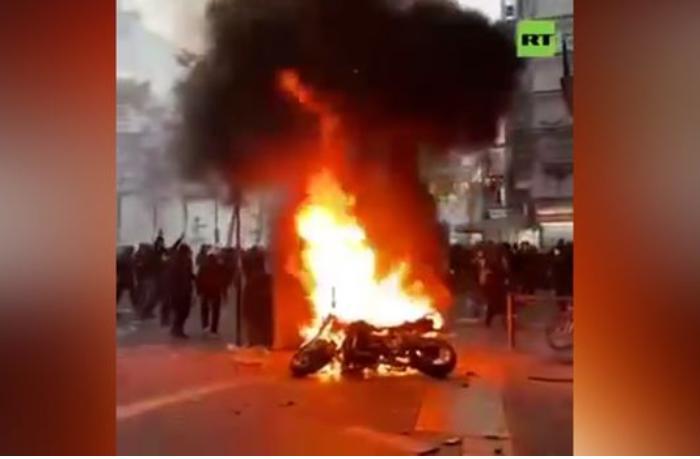 Paris küçələri yenə qarışdı — Etirazçılar köşkləri və avtomobilləri yandırır (VİDEO)