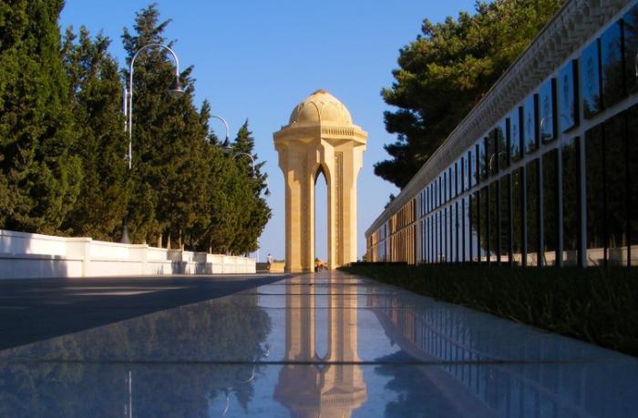 Azərbaycan xalqı Şəhidlər xiyabanını ziyarət edir