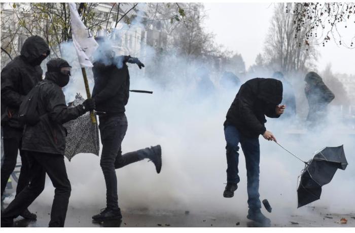 Fransadakı etirazlarda 12 polis xəsarət aldı