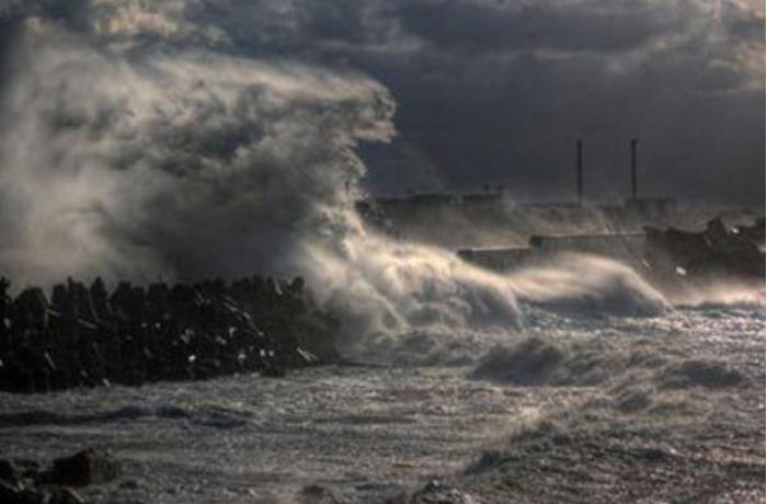 Neft Daşlarında dalğanın hündürlüyü 4,8 metrə çatdı — FAKTİKİ HAVA