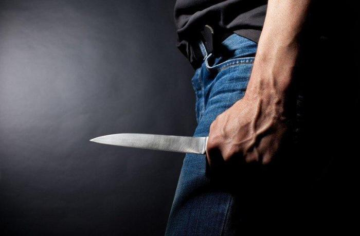 Kürəkənini bıçaqlayan şəxs hakim qarşısına çıxarılır