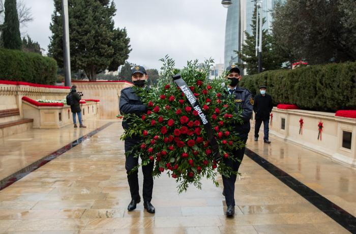 """""""Azərsun Holdinq""""in kollektivi Şəhidlər xiyabanını ziyarət etdi"""