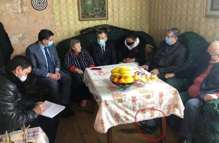 Hüseynbala Mirələmov qazinin evinə ayaqqabı ilə daxil oldu — FOTO