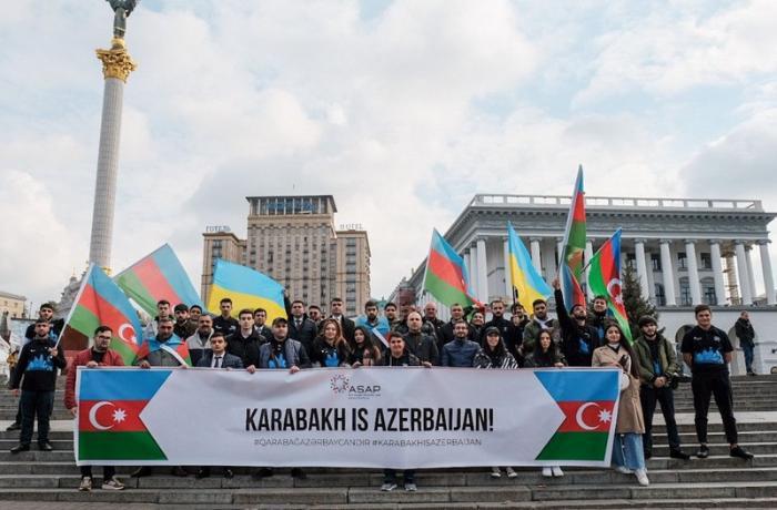 Azərbaycanlı gənclər Kiyevdə aksiya keçirdi — FOTOLAR