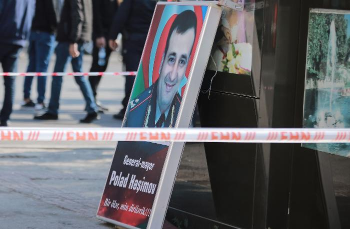 """Polad Həşimovun plakatını yanğından xilas edən şəxs: """"Elə bil Allah mənə güc verdi"""" — VİDEO"""