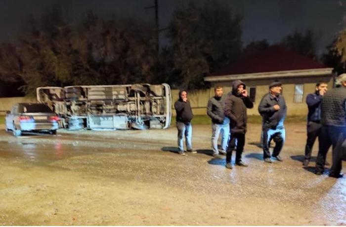 Sumqayıtda avtobus aşdı: Yaralılar var — FOTO