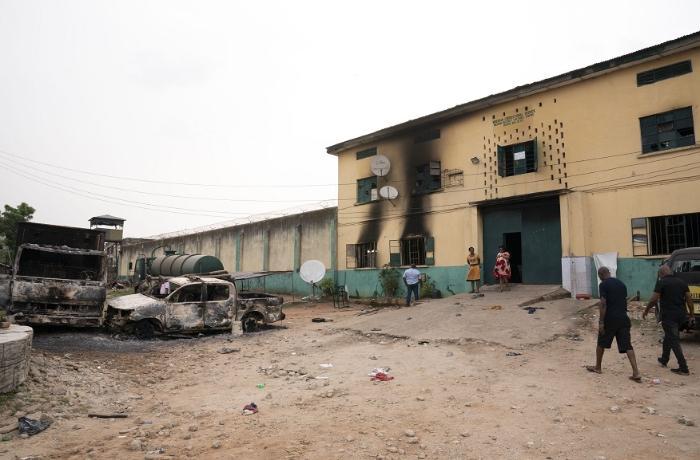 Nigeriyada həbsxanaya hücum: 800 məhbus divarı partladıb qaçdı