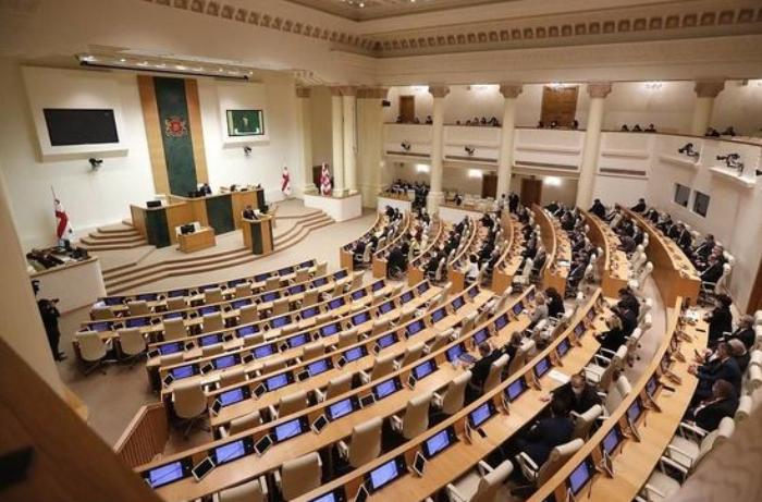 Gürcüstan parlamentinin 6 deputatı hakim partiyadan istefa verdi