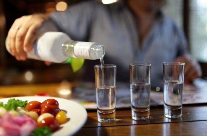Soyuq havada araq içmək zərərlidir — Həkimdən AÇIQLAMA