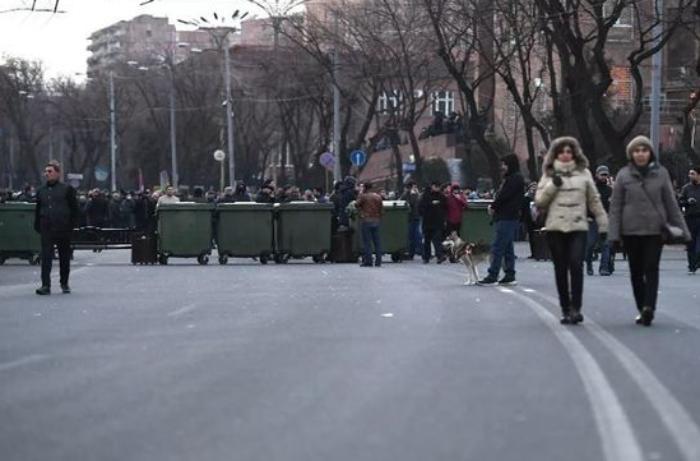 Yerevanda parlament binası qarşısında barrikadalar quruldu