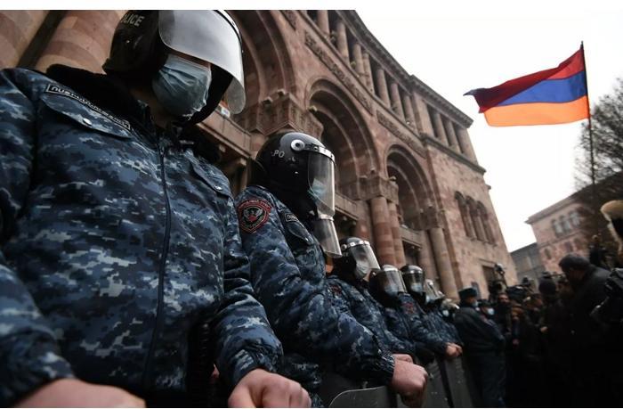 Etirazçılar Yerevanda hökumət binasına soxuldular