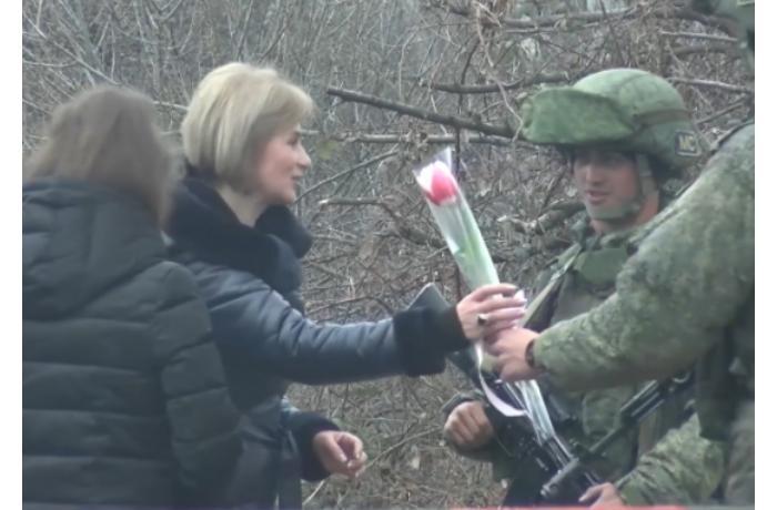 Rusiya sülhməramlıları erməni qadınlara çiçək bağışladılar — FOTOLAR