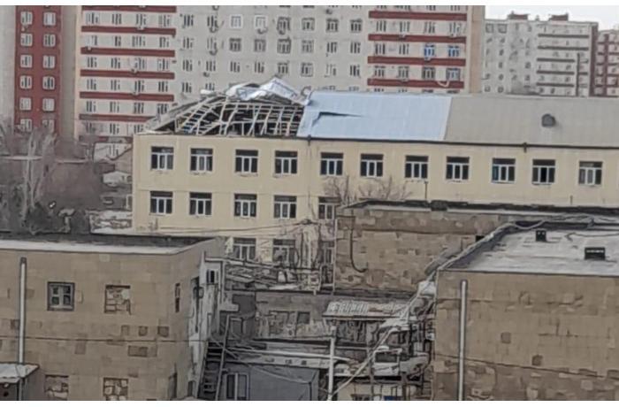 Külək daha bir məktəbin dam örtüyünü uçurdu — FOTO