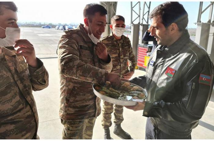 Selçuk Bayraktar PUA təlimlərini bitirən azərbaycanlılarla bir arada — FOTO