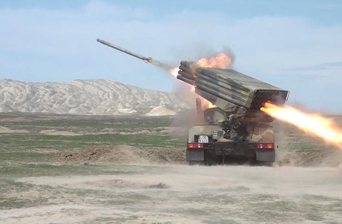 Raket-artilleriya batareyalarının döyüş atışlı taktiki təlimləri başladı — VİDEO