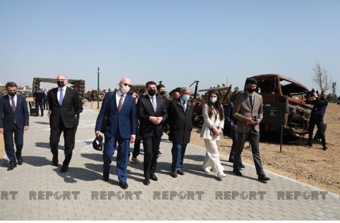 Beynəlxalq konfransın iştirakçıları Bakıda Hərbi Qənimətlər Parkında — FOTOLAR