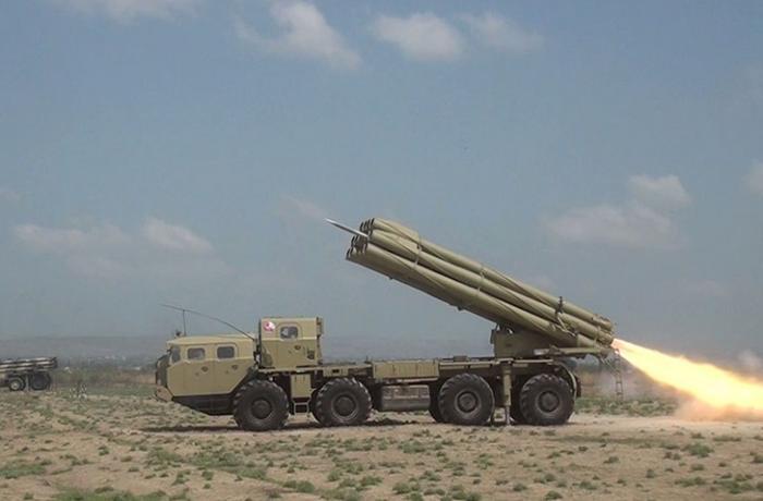 Raket-artilleriya batareyalarının döyüş atışlı taktiki təlimləri keçirilir — VİDEO