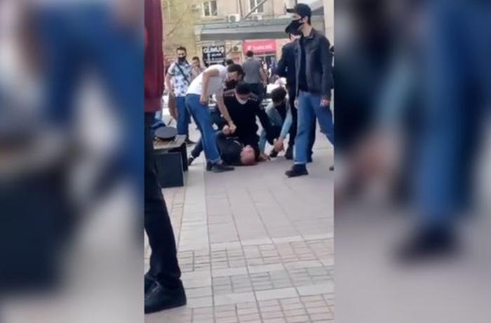 Polisi aldatmaq üçün küçənin ortasında ingiliscə qışqırdı — VİDEO