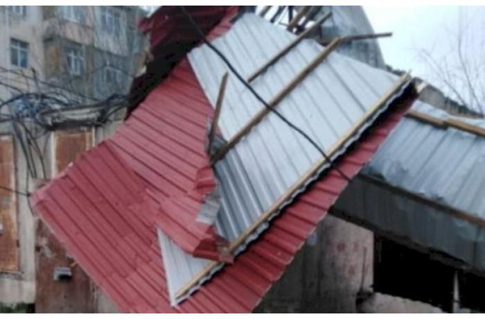 Bakıda külək binanın dam örtüyünü uçurdu