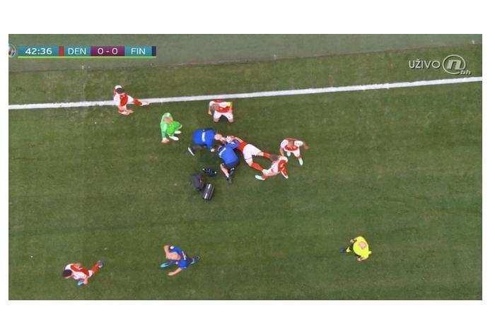 AVRO-2020: Danimarkalı futbolçu meydanda huşunu itirdi, oyun dayandırıldı