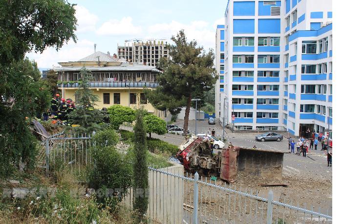 Tbilisidə yük maşını xəstəxananın həyətinə aşdı — Ölən var