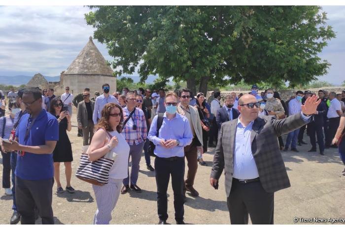 """Xarici diplomatlar ermənilər tərəfindən dağıdılmış """"İmarət"""" kompleksinə baş çəkdi — FOTO"""