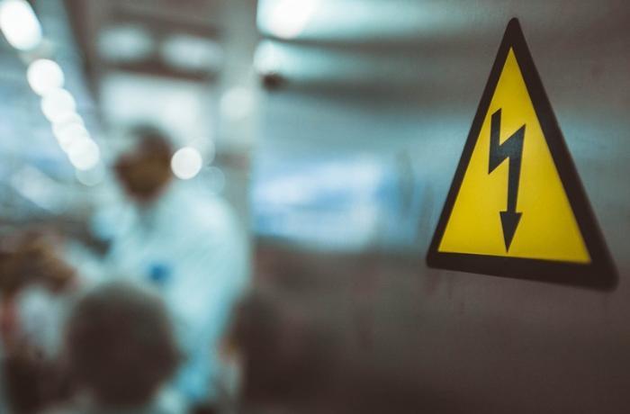 Qubada iki uşağı elektrik cərəyanı vurdu, biri öldü