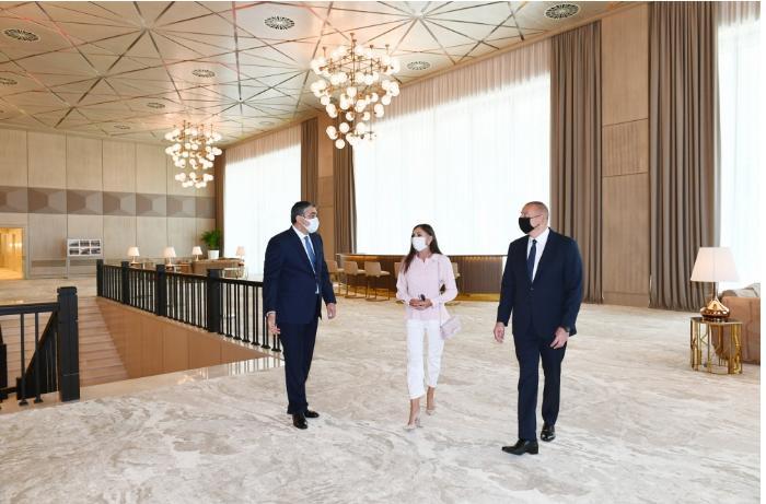 """İlham Əliyev """"Gülüstan"""" sarayında yenidənqurmadan sonra yaradılan şəraitlə tanış oldu — FOTOLAR"""