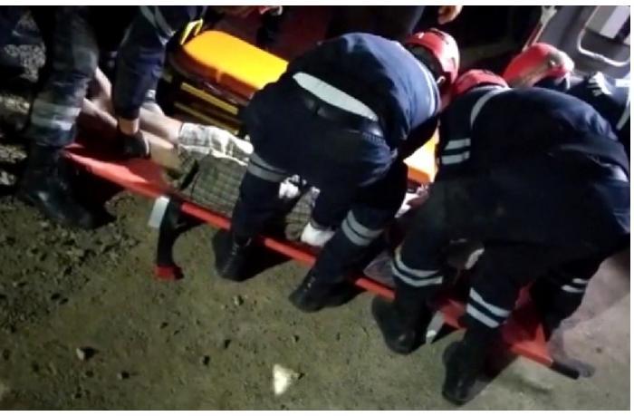 Bakıda külək evin damını uçurdu — Dağıntılardan bir nəfər çıxarıldı (VİDEO)