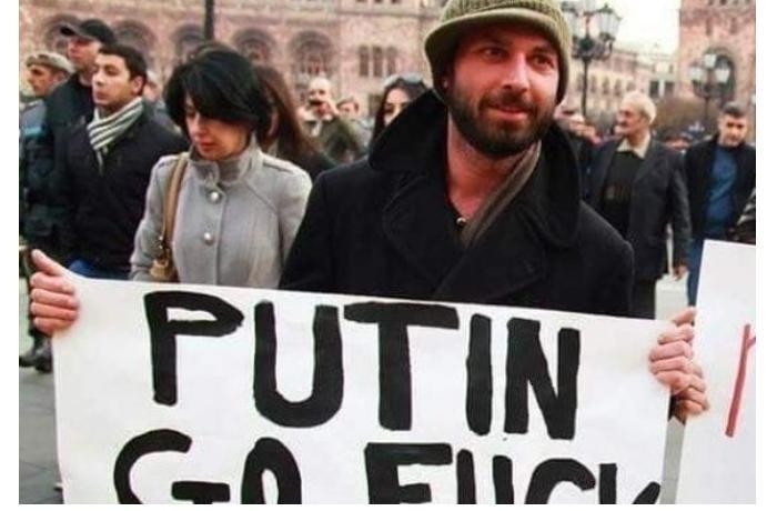 Putininin təhqir edildiyi plakatı gəzdirən Ararat Mirzoyan Lavrovla bir yerdə — FOTOLAR