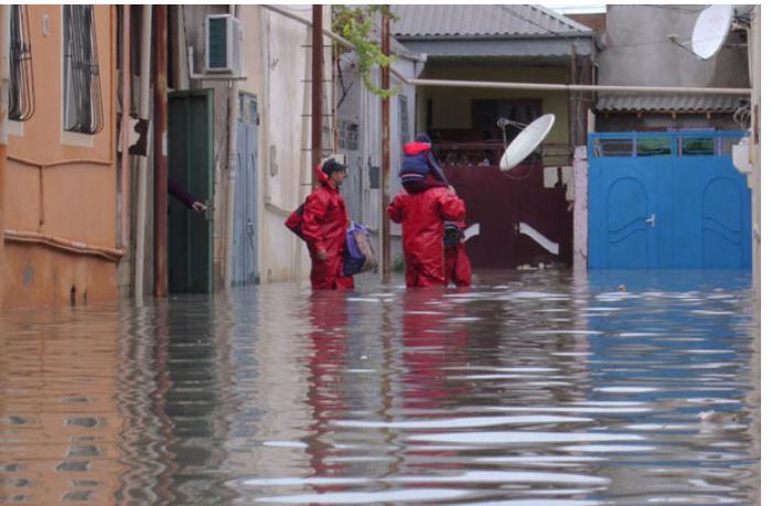 Bakıda evləri və həyətyanı sahələri yağış suları basdı