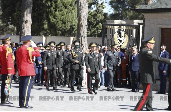 Müdafiə naziri II Fəxri xiyabanı ziyarət etdi — FOTOLAR