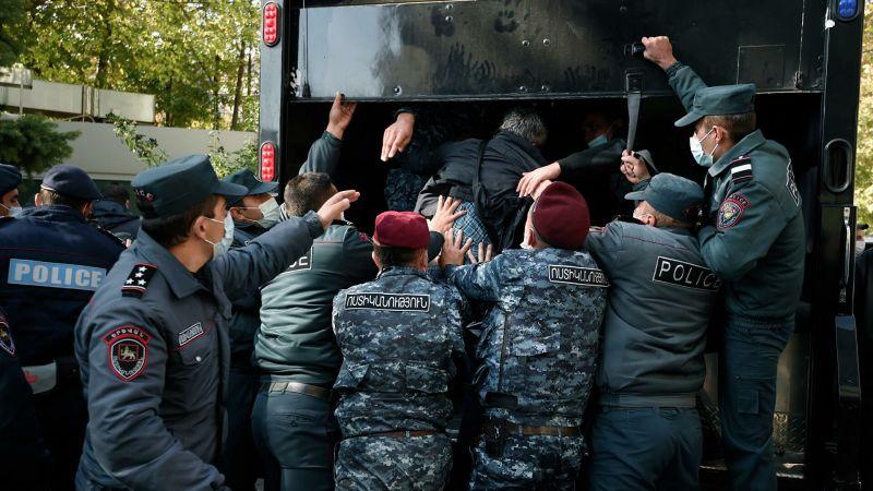 Azərbaycana hücum edən təşkilatlar demokratiyanı İrəvan küçələrində ayaq altına atdı    — TƏHLİL