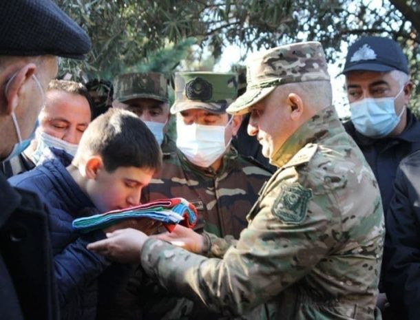 Korpus komandiri şəhid polkovnikin övladına dövlət bayrağını təqdim etdi       — FOTO